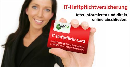 IT-Expertin mit der IT-Haftpflicht-Card in der Hand