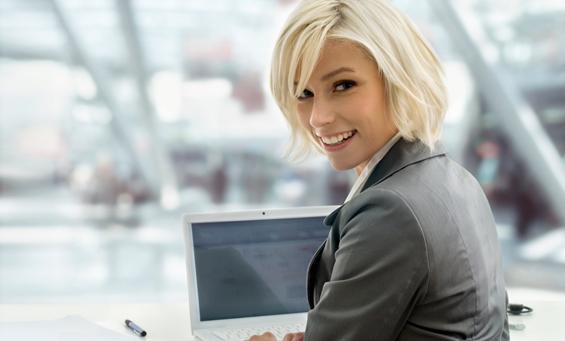IT-Expertin an Ihrem Arbeitstsplatz vor dem Laptop