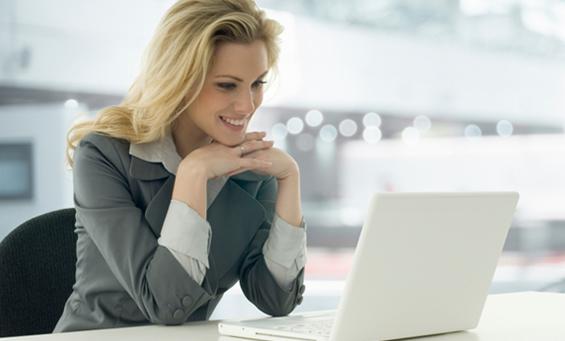 Bild einer IT-Expertin an ihrem Arbeitsplatz mit Laptop