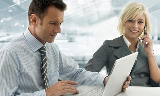 Bild mit IT-Experten bei der Arbeit in ihrem Büro