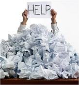 Manager hinter einem großem Berg Papier mit Help Zettel in der Hand