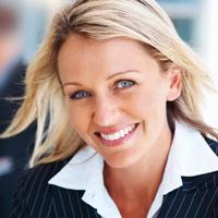 Bild einer zufriedenen Managerin, da sie sich durch die Manager-Haftpflicht gut abgesichert weiß
