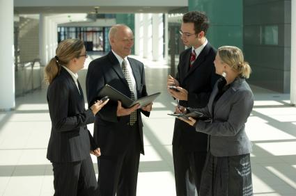Bild einer Gruppe von Managern im Firmengebäude