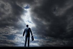 Mann unter Gewitterwolken